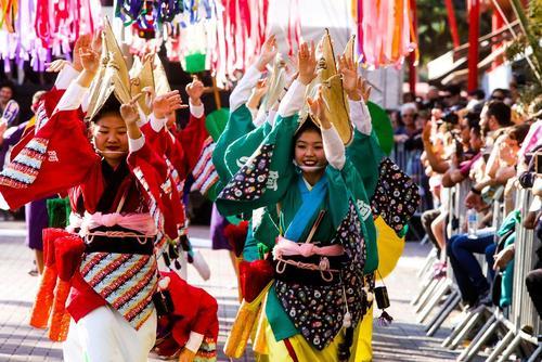 نمایش جامعه ژاپنیها در جشنوارهای در شهر سائوپائو برزیل