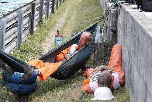 کارگران مسابقات اتومبیلرانی جایزه بزرگ فرمول یک مجارستان در حال استراحت