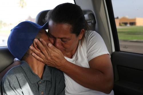 به هم رسیدن مادر و فرزند مهاجر پس از مدتها دوری از هم در مرز تگزاس آمریکا