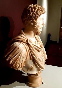 مجسمه نیم تنه امپراطور مارکوس اورلیوس/ هنر رومی، حدود 170 میلادی/ کشف شده در نزدیکی رم(ایتالیا) در سال 1674/ الحاق به مجموعه های موزه لوور در 1807 میلادی