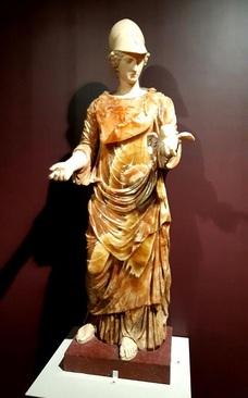 مجسمه مینرو مشهور به اورسه/ هنر رومی، حدود 150-200 میلادی/ سنگ رخام، عقیق، مرمر، سنگ سماق/ مجسمه رومی به صورت برداشتی از اثر مفرغی یونانی اواخر قرن پنجم پیش از میلاد با موضوع ایزد بانوی عشق، آفرودیت. بعدها تغییر قطعه کهن با افزودن کلاهخود و جغد نماد