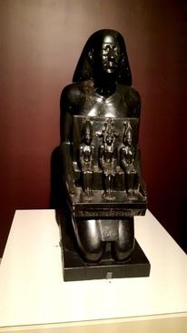 مجسمه نشور/ الفانتین(مصر) دوره حکمرانی آپریس 570-589 پیش از میلاد/ سنگ بازالت/ الحاق به مجموعه لوور 1815 میلادی/ مجسمه مردی به نام