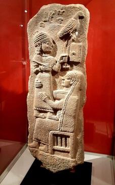 سنگ یادبود تارهونپیاس/ مرهش، گور گوم باستانی(ترکیه کنونی)/ دوران نو-هیتی، حدود 700-800 پیش از میلاد/ سنگ بازالت الحاق به مجموعههای موزه لوور 1936 میلادی/ سنگ مزار مادر و پسر؛ نام تارهونپیاس به خط هیروگلیف لووی در بخش بالایی آن آمده؛ خط هیروگلیف لووی مربوط به هزارۀ 2 پیش از میلاد بوده و برای نگارش زبان لووی در جنوب آناتولی به ویژه قلمروهای کموسعت موسوم به