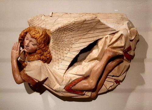 فرشته در حال پرواز / اثر منسوب به آنتوان دو موآتوریه (آوینتون، حدود 1425 میلادی- پاریس/  پس از 1497 م / سنگآهک چندرنگ الحاق به مجموعه موزه لوور 1916 م / مجسمۀ فرشته بخشی از یک مجموعۀ مجسمه با موضوع تدفین حضرت مسیح، به سفارش زاگوتن اوژیه و همسرش برتل برای صومعه در شهر سمور-آن-اُکسوار(شرق فرانسه)، چهار فرشته بر فراز صحنه پرواز میکردند و درد و حزن خود را از مصائب مسیح به نمایش میگذاشتند.