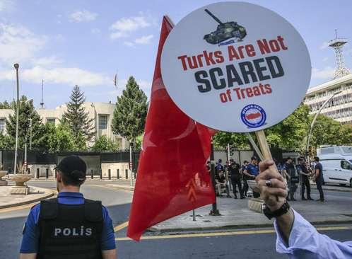 اعتراض به تحریم ترکیه از سوی آمریکا در مقابل سفارت آمریکا در آنکارا/ آناتولی