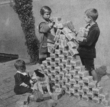 بازی بچهها با بستههای اسکناس که دیر هیچ ارزشی ندارند