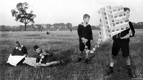 بچهها با پول بادبادک درست کردند.