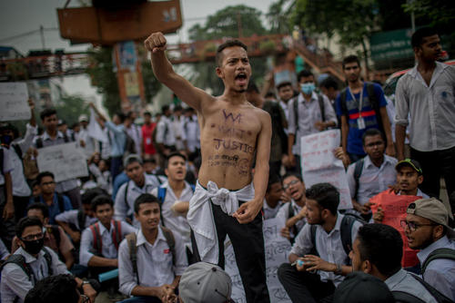 تظاهرات دانشجویان بنگلادشی علیه ناایمن بودن جادهها و مرگ و میر دانشجویان در تصادفات/ داکا
