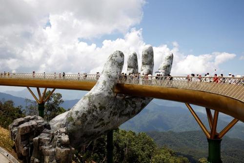 عبور گردشگران از روی پل طلایی در حومه شهر