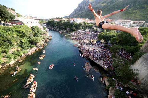مسابقات شیرجه (پرش) به داخل رودخانه در بوسنی و هرزگوین/ رویترز