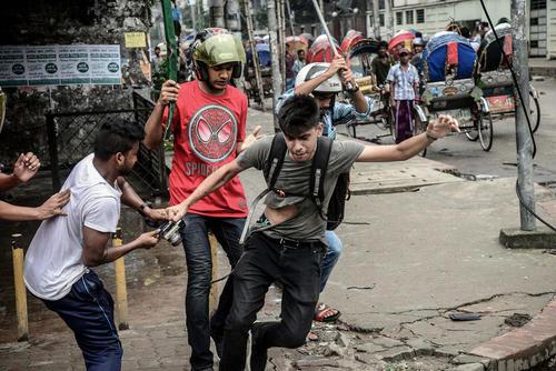 حمله به یک عکاس خبری در جریان اعتراضات دانشجویی در شهر داکا بنگلادش