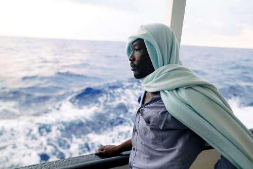 پناهجویی آفریقایی تبار در کشتی نجات در دریای مدیترانه / رویترز
