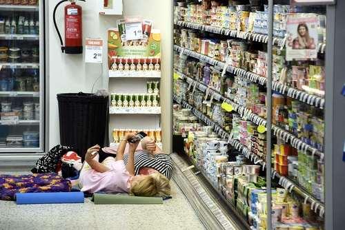 فروشگاهی در شهر هلسینکی فنلاند به دلیل گرمای هوا اجازه میدهد مشتریان در مقابل یخچال و در هوای خنک استراحت کنند./ خبرگزاری فرانسه