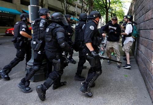 تنش و درگیری در حاشیه راهپیمایی یک گروه راستگرا در پورتلند آمریکا