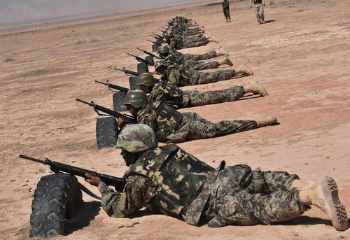 تمرین نظامی سربازان ارتش افغانستان در یک اردوگاه نظامی در استان بلخ / شینهوا