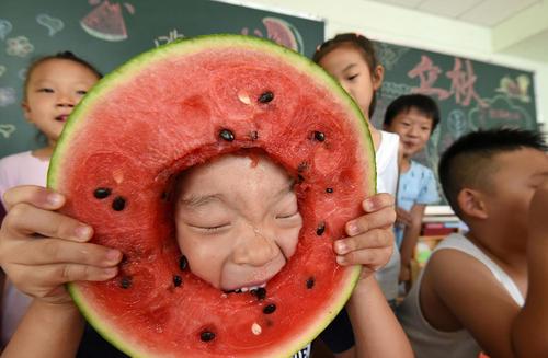 مسابقه هندوانه خوری در یک مهد کودک در شهر هاندان چین