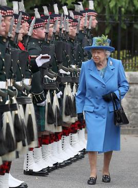 استقبال رسمی از ملکه بریتانیا در قصر تابستانی خانواده سلطنتی در بالمورال