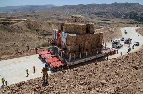 انتقال ساختمان یک حمام تاریخی 1600 تنی در ترکیه به منطقهای که در خطر سیلاب نباشد./ خبرگزاری فرانسه