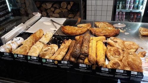 فروشگاه های نان در همه جای شهر دیده می شوند. نان های مختلف با طعم پنیر، گوشت، مربا، سیب زمینی و ... . قیمت ها در عکس قابل مشاهده هستند.  شهر نیش - جنوب صربستان