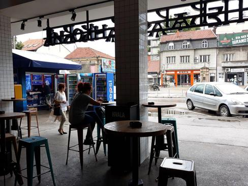 کافه ای در شهر نیش . معمولا همه جا فروشگاه ها و کافه های کوچک و بزرگ وجود دارند. قیمت قهوه از 100 دینار به بالاست.
