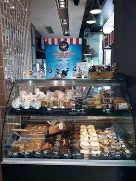 فروشگاه های نان در همه جای شهر دیده می شوند. نان های مختلف با طعم پنیر، گوشت، سیب زمینی و ... . قیمت ها در عکس قابل مشاهده هستند.  شهر نیش - جنوب صربستان