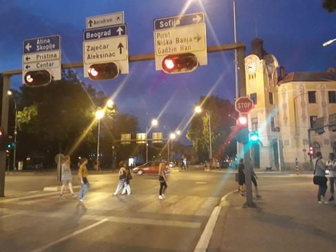 شهر نیش - جنوب صربستان تابلوی اول : به سمت صوفیا ( بلغارستان) دوم : بلگراد (پایتخت) سوم: آتن ( یونان)