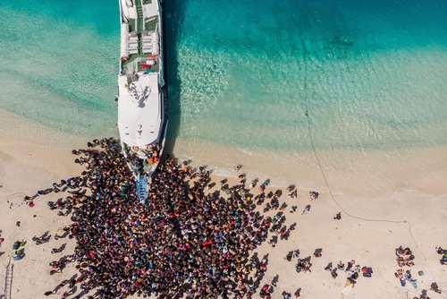 ازدحام مردم برای سوار شدن به کشتی در جزیره زلزلهزده اندونزی / خبرگزاری فرانسه