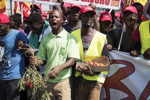 مهاجران آفریقایی شاغل در مزارع جنوب ایتالیا در تظاهراتی در اعتراض به کشته شدن 16 نوجوان مهاجر آفریقایی در دو تصادف جادهای و شرایط سخت کاری