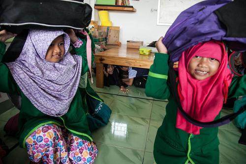 مانور ایمنی در برابر زلزله در مدارس اندونزی