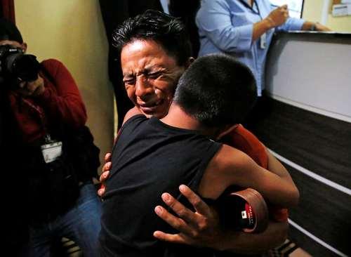 به هم رسیدن پدر و پسر گواتمالایی پس از دستگیری از سوی گارد مرزی آمریکا و هفتهها زندانی شدن جداگانه پدر و پسر/ رویترز