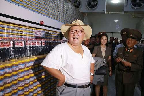 بازدید رهبر کره شمالی و همسرش از یک کارخانه تولید کنسرو ماهی / خبرگزاری رسمی کره شمالی