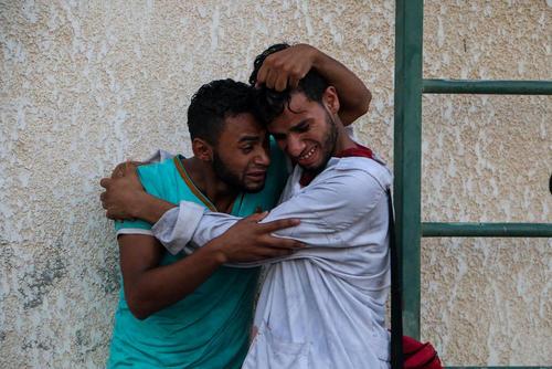 عزاداری خانواده یک نوجوان شهید فلسطینی در باریکه غزه. این نوجوان به ضرب گلوله نیروهای اسراییل به شهادت رسید.