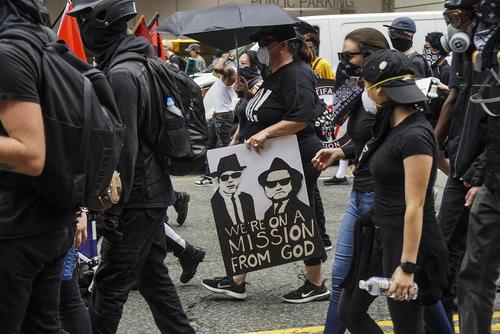 تظاهرات و درگیری بین گروهی از راستگرایان نژادپرست و مخالفانشان در