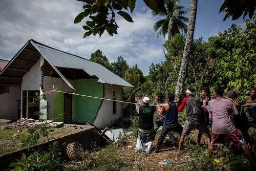 خراب کردن خانههای صدمه دیده از زلزله در جزیره لومبوک اندونزی