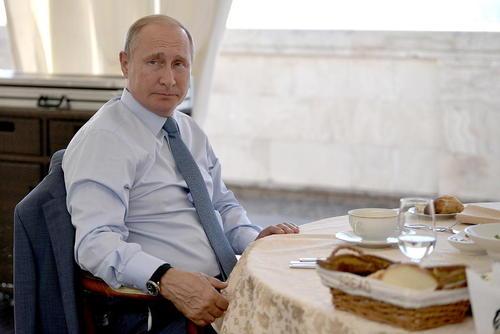 ناهار مشترک پوتین با رییس جمهوری ترکمنستان در اقامتگاه شخصی خود در شهر بندری سوچی روسیه/ ایتارتاس