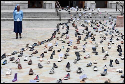 گذاشتن 400 کفش در مقابل کلیسای جامع