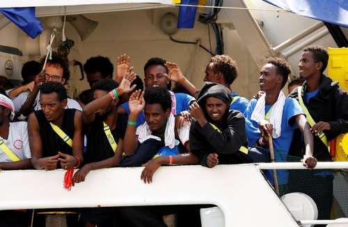رسیدن کشتی حامل پناهجویان آفریقایی به جزیره مالت در دریای مدیترانه/ رویترز