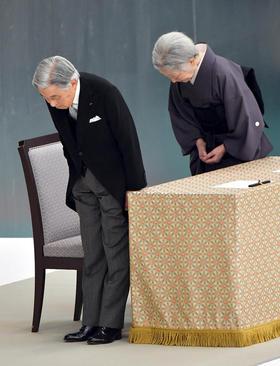 امپراتور ژاپن و همسرش در مراسم هفتادوسومین سالگرد پایان جنگ دوم جهانی - توکیو