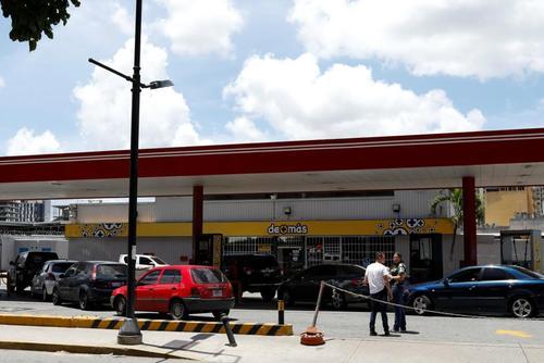 صف بستن در مقابل یک جایگاه دولتی عرضه سوخت/ کاراکاس