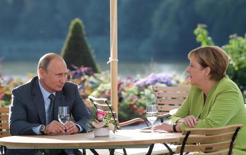 پوتین پس از مراسم ازدواج وزیر خارجه اتریش به آلمان رفت و با مرکل دیدار کرد.