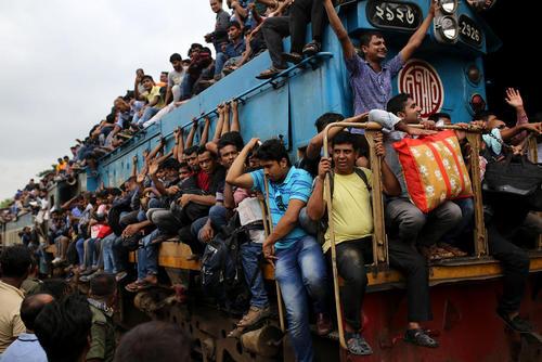 قطارهای به شدت پرازدحام همزمان با سفرهای تعطیلات عید قربان در ایستگاه قطار شهر داکا بنگلادش