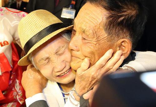 دیدار مادر 92 ساله اهل کره جنوبی با فرزند 71 ساله ن کره شمالی در منطقه مرزی/ یونهاپ