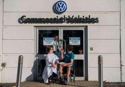 بستن در دفتر شرکت فول واگن در بریتانیا از سوی فعالان محیط زیست در اعتراض به آلودگی هوای ناشی از تولید خودروهای دیزلی این شرکت