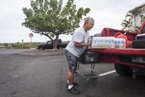 خرید و ذخیره سازی آب آشامیدنی برای شرایط اضطراری در توفان در شرف وقوع در هاوایی آمریکا
