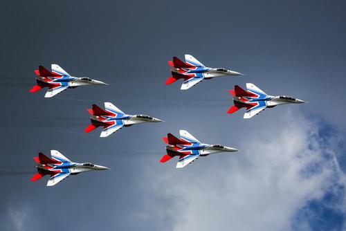 پرواز نمایشی تیم هوایی آکروباتیک