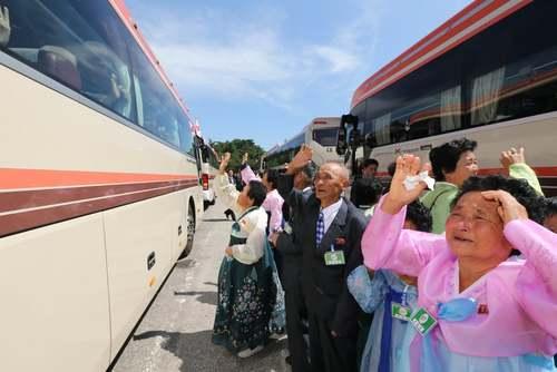 خداحافظی خانوادههای کره ای پس از دیدار در منطقه مرزی/EPA