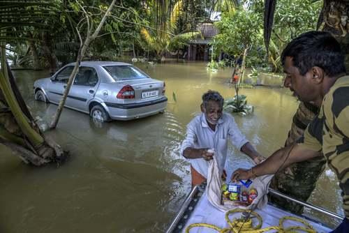 توزیع خوراکی بین سیلزدگان ایالت کرالا هند