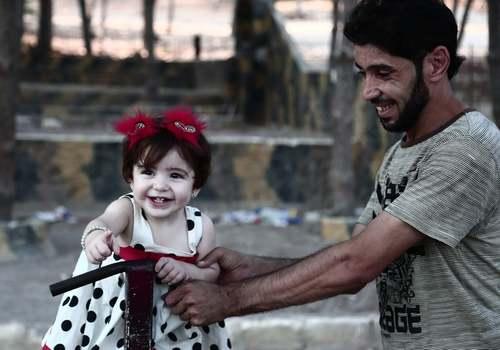 بازی پدر و دختر در شهر عفرین سوریه/ خبرگزاری فرانسه