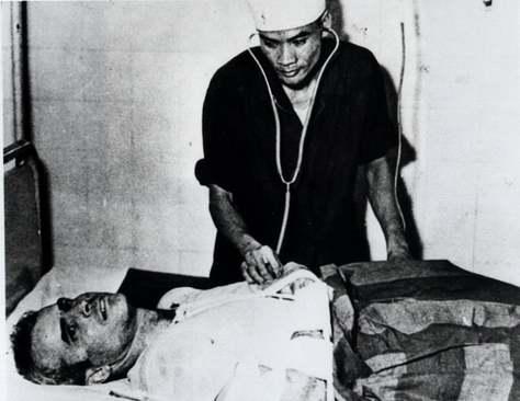 مک کین در بیمارستانی در هانوی