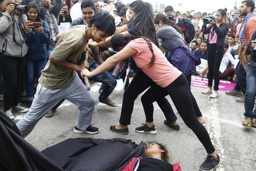 در پی تجاوز و قتل یک دختر نوجوان 13 ساله در نپال گروهی از فعالان مدنی در اقدامی نمادین دست به اعتراض زدند.